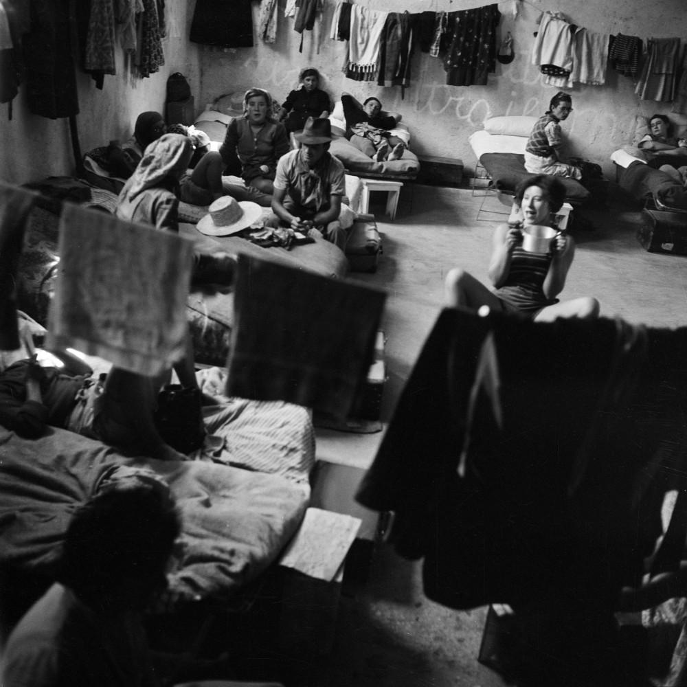 Jacqueline Vodoz. Le mondine all'interno dei loro alloggi, Rosate (MI), 1954
