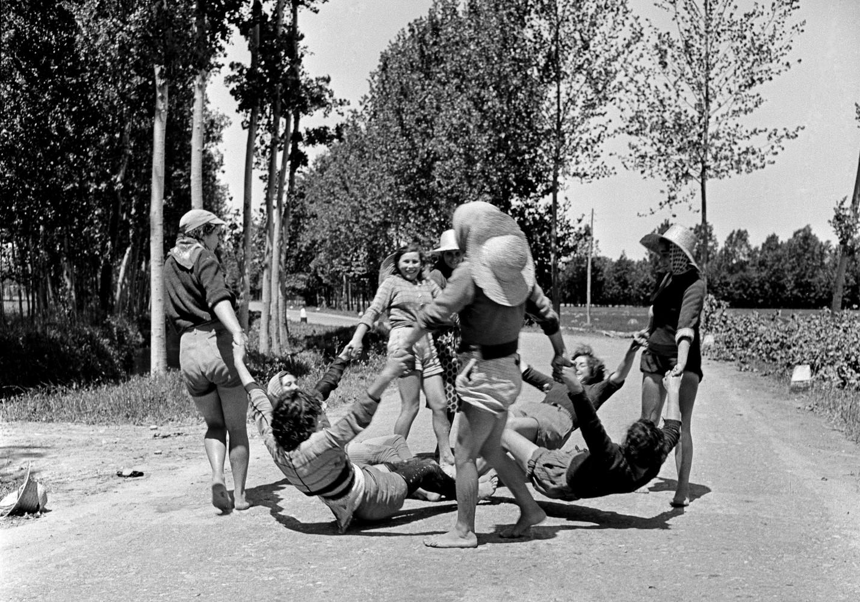 Jacqueline Vodoz. Un gruppo di mondine gioca in un momento di pausa, Rosate (MI), 1954