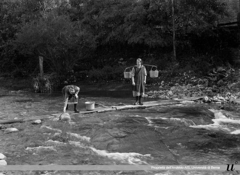 Paul Scheuermeier. Prendere l'acqua al fiume, San Omobono (BG), 1927