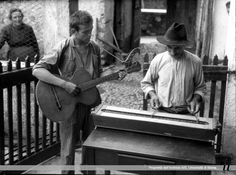 Paul Scheuermeier. Arciliuto e campanine, Gandino (BG), 1932
