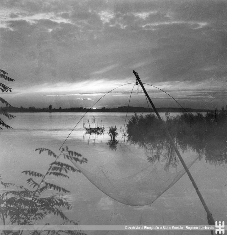 Ernesto Fazioli. Fiume Po. Veduta al tramonto con rete da pesca a bilancia