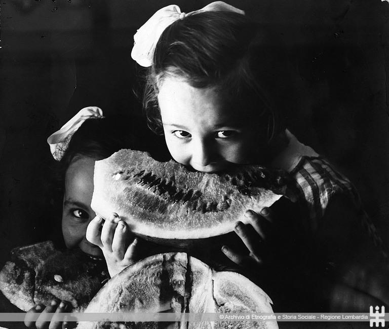 Ernesto Fazioli. Bambine mangiano l'anguria