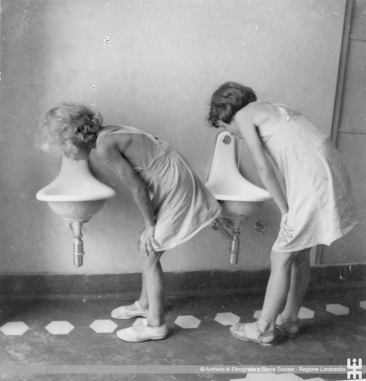 Ernesto Fazioli. Bambine bevono ai lavatoi. Pandino, Colonia campestre