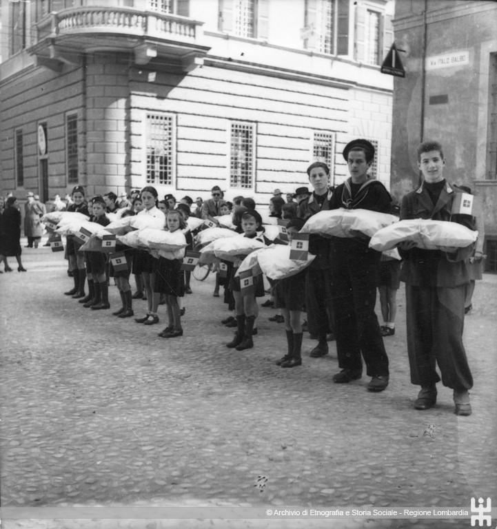 Ernesto Fazioli. Lana per la Patria. Giovani attendono di consegnare la lana al centro di raccolta. Cremona,