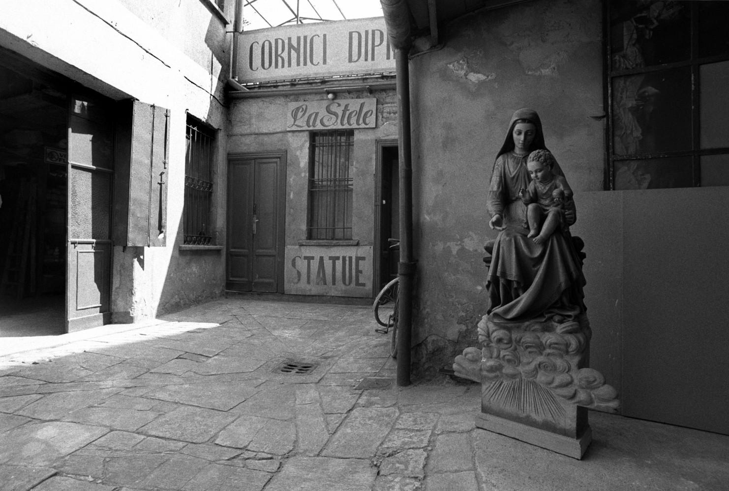 Toni Nicolini. Cortile di Corso Garibaldi 40, Milano, 1978
