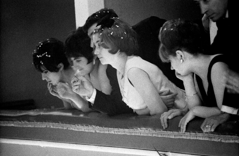 Toni Nicolini, Donne affacciate al parapetto di un palco durante la festa al Teatro comunale Vittorio Emanuele, II Mortara (PV), 1966