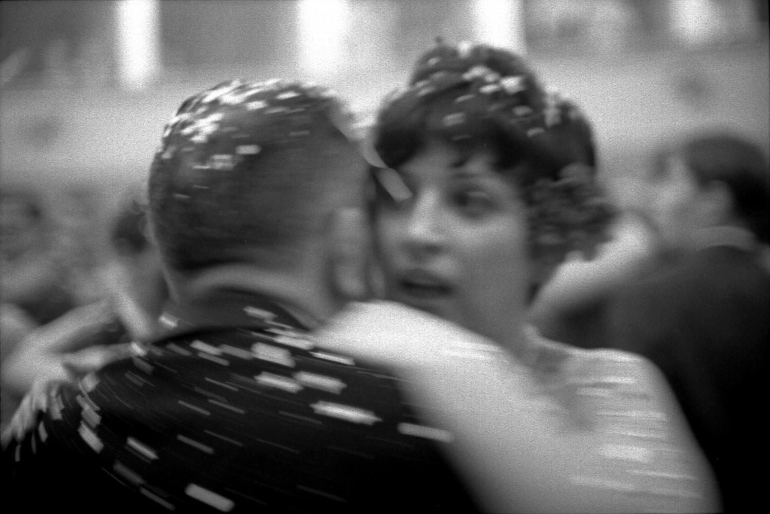 Toni Nicolini, Coppie ballano un lento durante la festa al Teatro comunale Vittorio Emanuele II, Mortara (PV), 1966