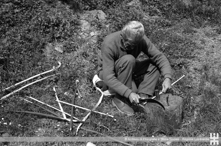 Riccardo Schwamenthal. Costruzione fischietti, Valle Imagna (BG),1990
