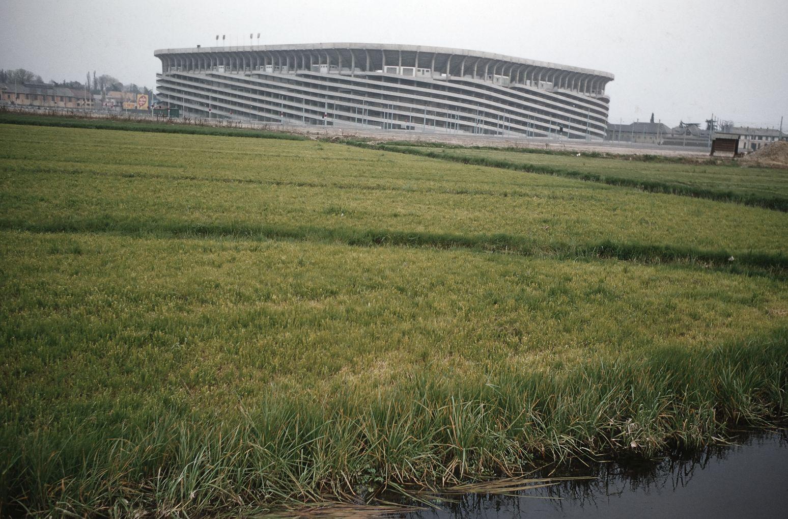 Stadio San Siro con risaie in primo piano, Milano, 1957
